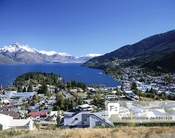 Berg Gebäude See umgeben neuseeländische Südinsel Neuseeland Queenstown
