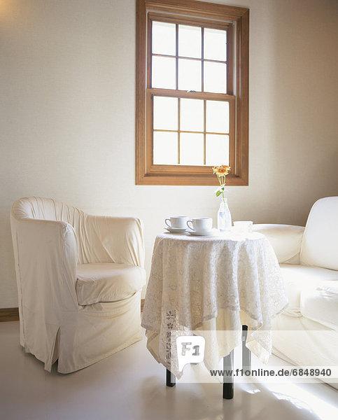 Fenster weiß Sessel Tisch