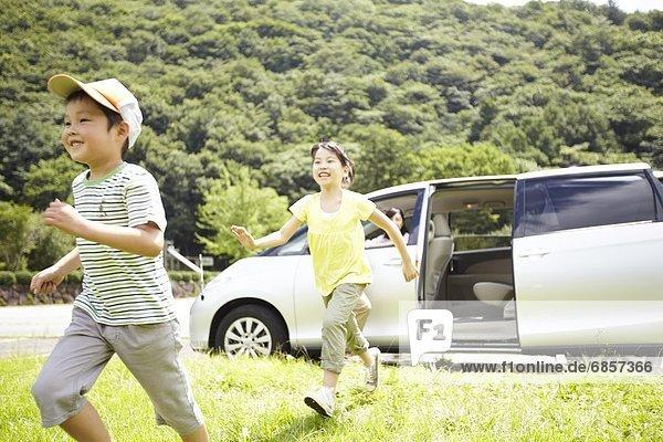 sehen  Auto  Menschliche Eltern  rennen