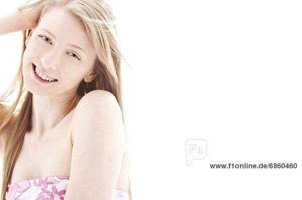 Junge Frau mit Hand in Haar