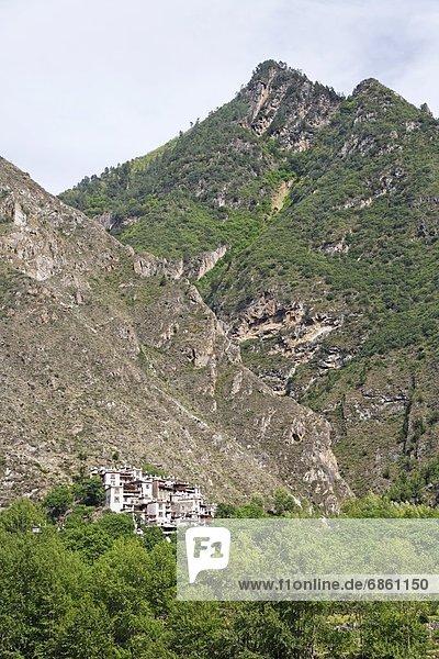 Berg Dorf Seitenansicht China Nestbau Tibet Sichuan