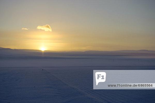 über  Sonnenaufgang  Feld  Schnee