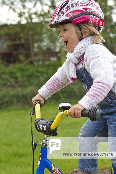 Begeistertes Mädchen auf dem Fahrrad