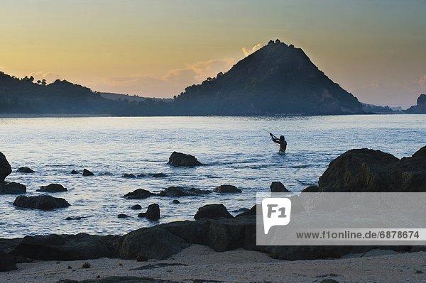 Mann  Strand  Sonnenaufgang  Netz  angeln  Südostasien  Asien  Indonesien  Lombok
