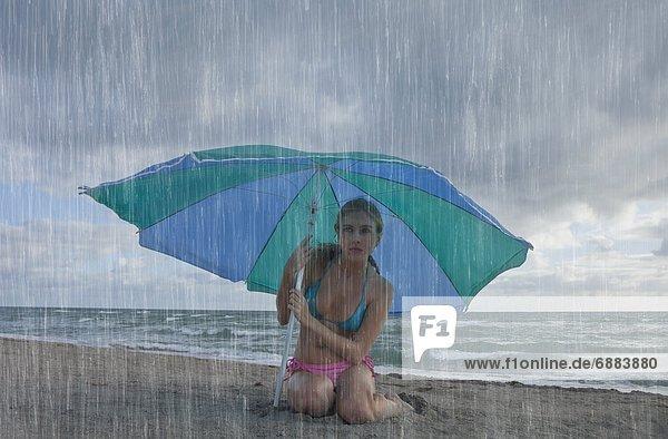 Vereinigte Staaten von Amerika  USA  Frau  Tag  Strand  Regen  Nordamerika  Florida Vereinigte Staaten von Amerika, USA ,Frau ,Tag ,Strand ,Regen ,Nordamerika ,Florida