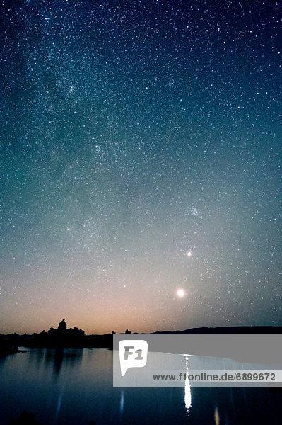 Sternenhimmel bei Nacht  Mono Lake  Kalifornien  usa