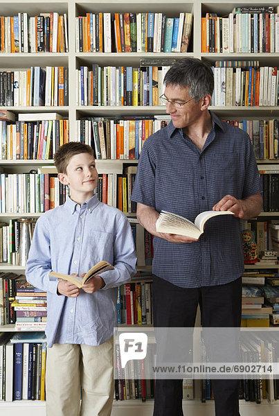 Buch  Menschlicher Vater  Sohn  halten