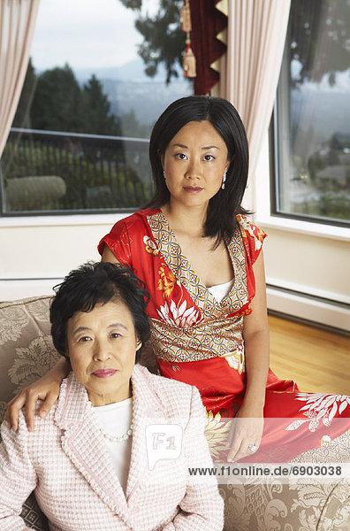 Porträt von Mutter und Erwachsene Tochter