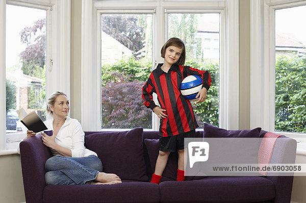 Mutter und Tochter auf Sofa