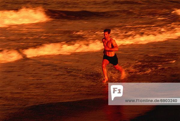 Mann  Strand  rennen  Brandung