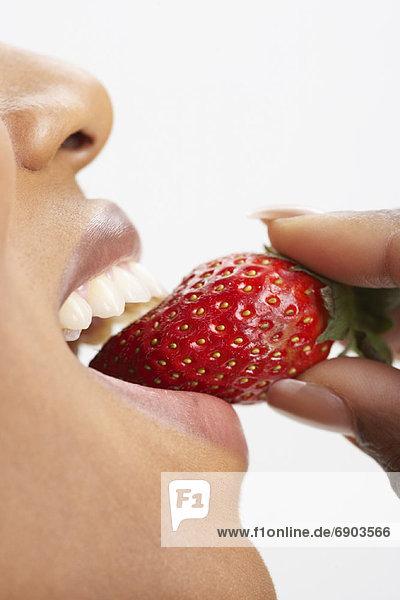 Frau isst Erdbeere