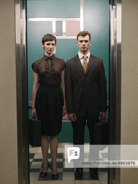 Geschäftsleute in Aufzug