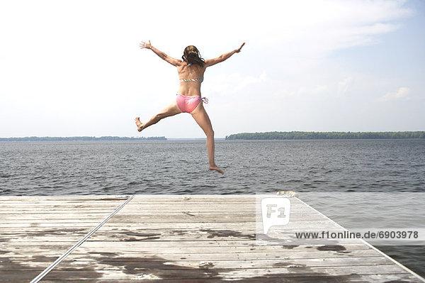 Frau  springen  Dock
