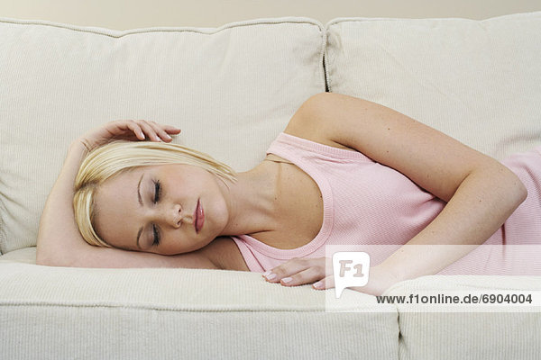 Frau schlafen auf Sofa