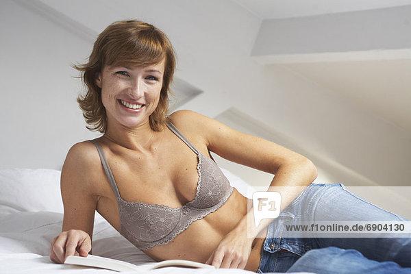 Frau Lesung auf dem Bett