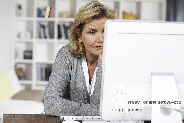 benutzen Computer Großmutter Enkelsohn