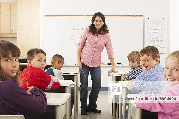 Studenten und Lehrer im Klassenzimmer