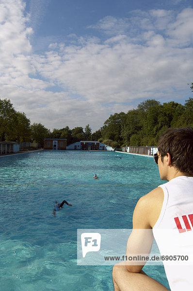 sehen Rettungsschwimmer Schwimmbad