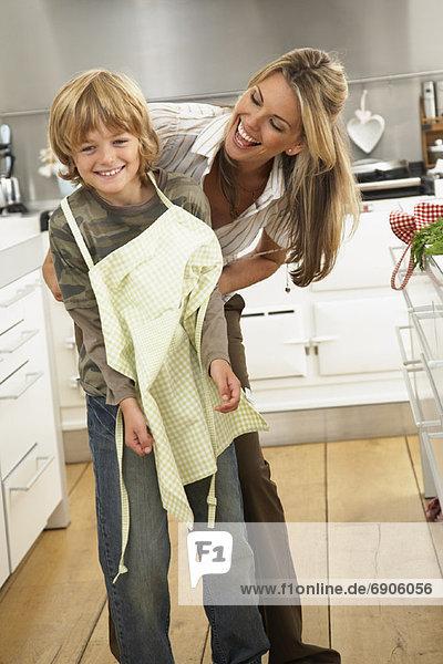 Mutter und Sohn in Küche