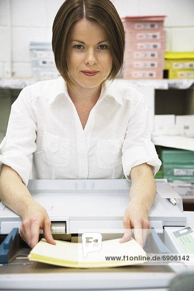 Geschäftsfrau mit Kopierer
