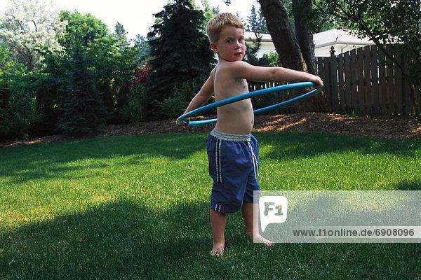 Außenaufnahme benutzen Portrait Junge - Person einlochen freie Natur