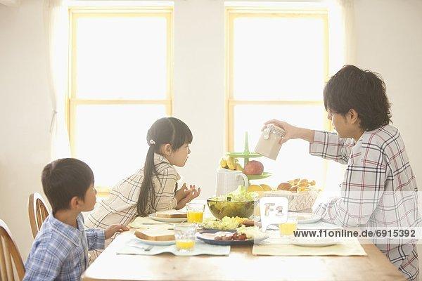 Menschlicher Vater  2  Tisch  Frühstück