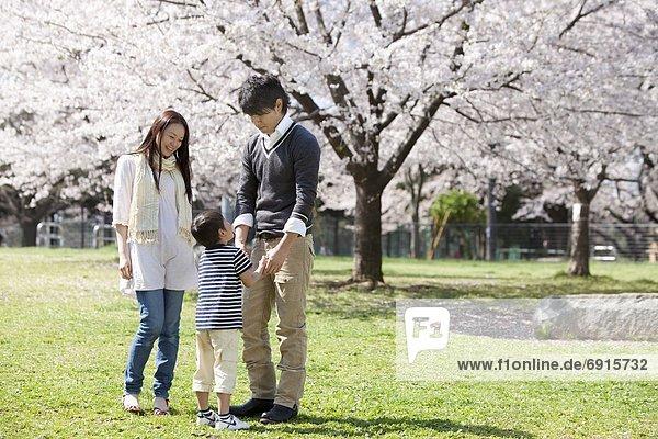 Familie von drei im Park