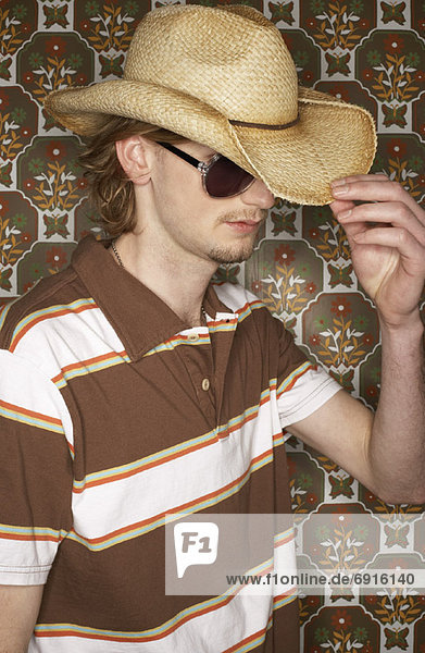 Junger Mann tragen Cowboy-Hut