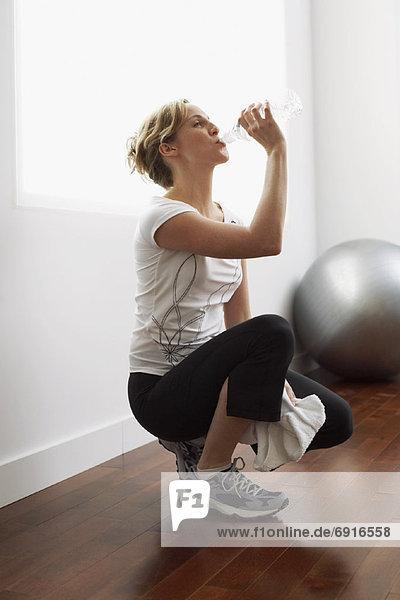 Frau trinkt Mineralwasser