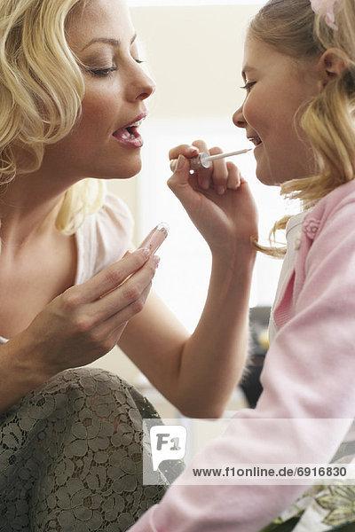 eincremen  verteilen  Tochter  Mutter - Mensch  auftragen  Lipgloss