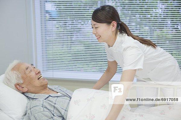 liegend  liegen  liegt  liegendes  liegender  liegende  daliegen  Senior  Senioren  Mann  sprechen  Bett  Honshu  Japan