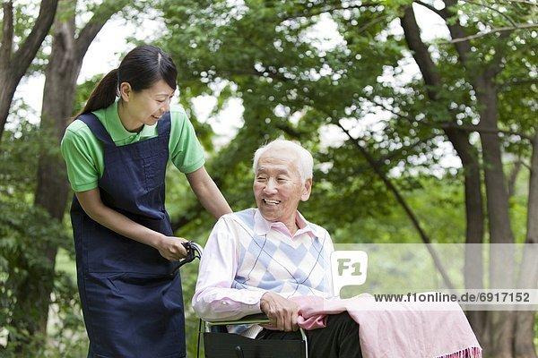 Senior  Senioren  Mann  schieben  arbeiten  Gesundheitspflege  Tokyo  Hauptstadt  Honshu  Japan  Rollstuhl