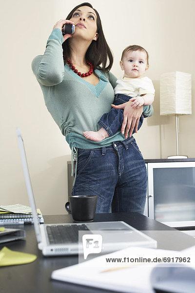 Frau  sprechen  Telefon  halten  Baby