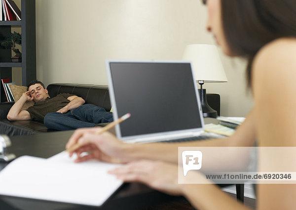 Frau Mann Computer arbeiten dösen Couch