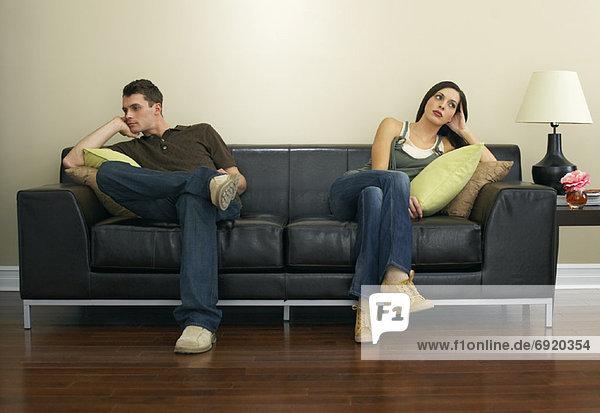 Paar auf Couch sitzen