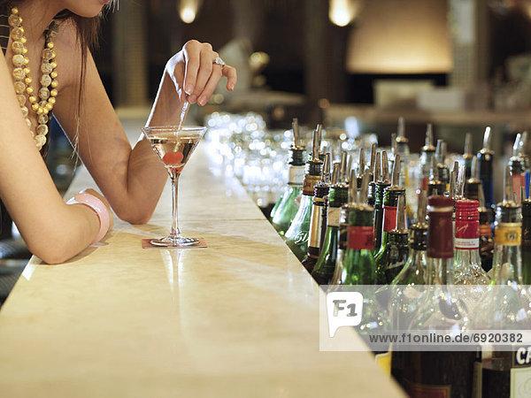 Frau sitzen an Bar