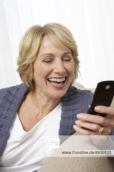 Reife Frau mit Handy