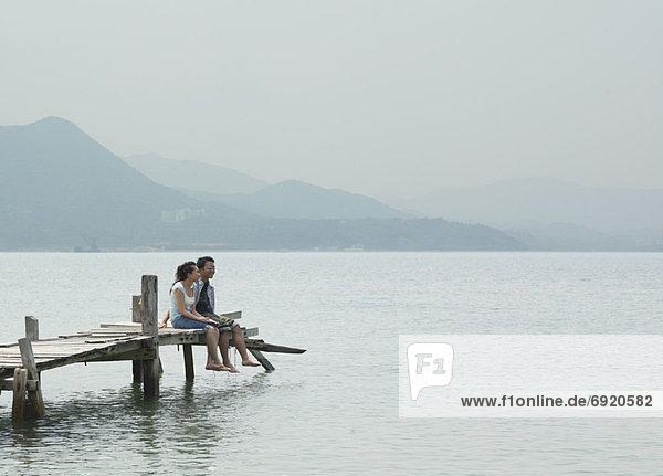 Paar sitzen auf Dock
