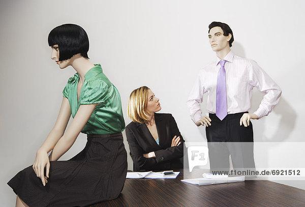 Geschäftsfrau  umgeben  Schaufensterpuppe