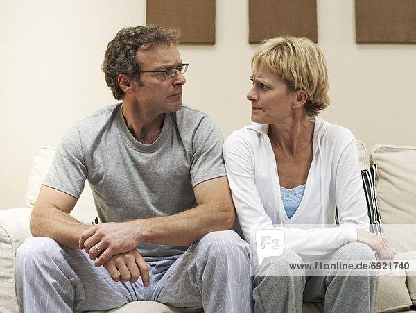 Paar auf Sofa sitzend