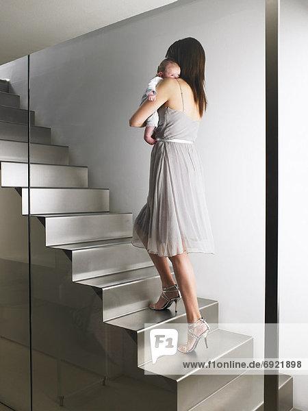 Stufe hoch oben tragen Mutter - Mensch Baby