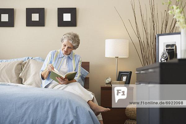Interior  zu Hause  Frau  vorlesen