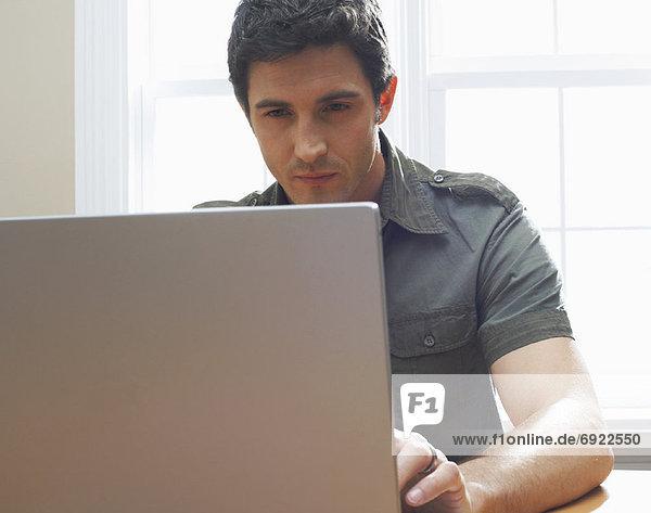 Mann mit Laptop-Computer