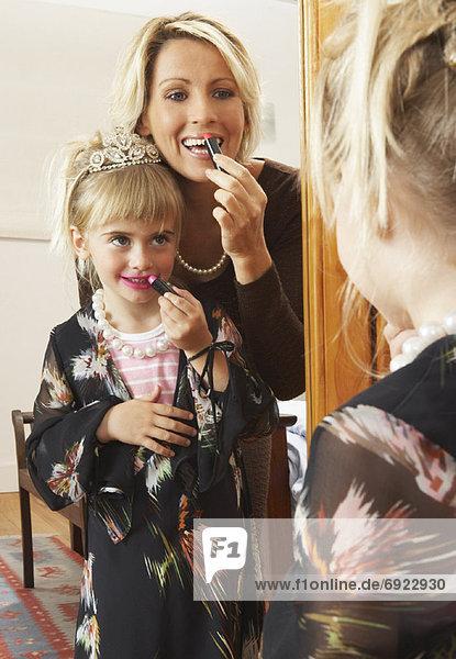 eincremen  verteilen  Lippenstift  Tochter  Mutter - Mensch  auftragen