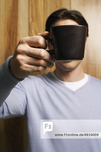 Mann  Becher  halten  frontal  Kaffee