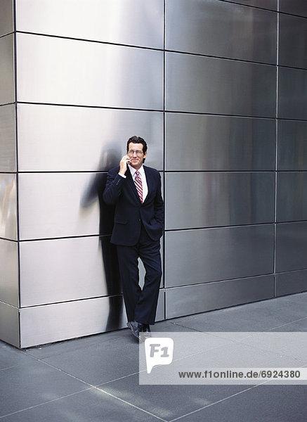 Kaufmann auf Handy