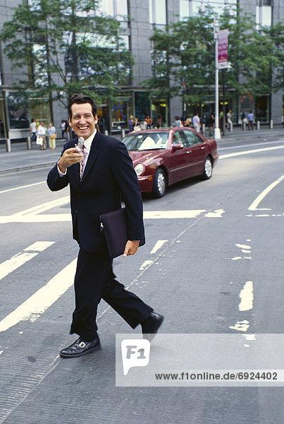Handy  überqueren  Geschäftsmann  Straße