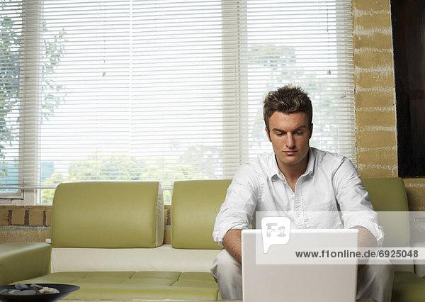 benutzen Mann Computer Notebook