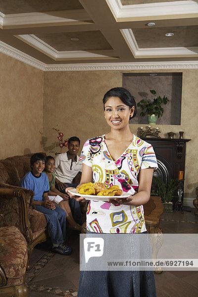 Frau  Lebensmittel  halten