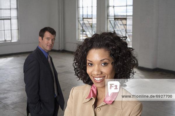 Portrait  Geschäftsfrau  Geschäftsmann  Hintergrund